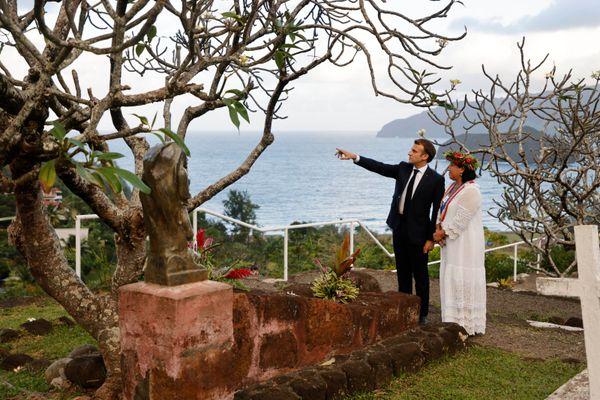 Emmanuel Macron et Joëlle Frébault au cimetière d'Atuona