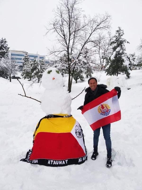Neige à Madrid : un marquisien pose avec le drapeau