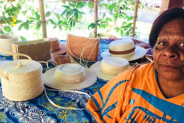 Bwaouma Kahene, tresseuse d'objets en aloès, Voh (février 2018)