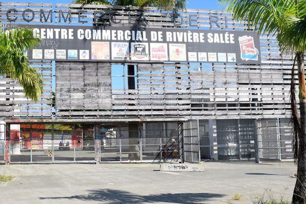 Entrée du centre commercial de Rivière-Salée (4 mars 2018)