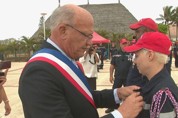 Eddie Lecourieux récompense par une médaille un sapeur pompier