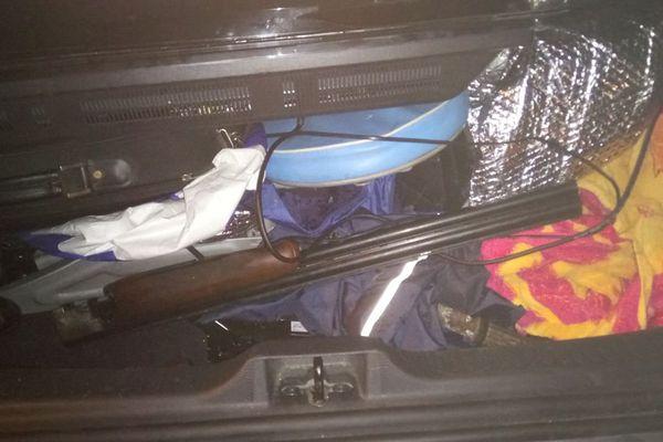 Arme à feu dans le coffre d'une voiture