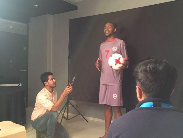 """Le capitaine des Cagous lance """"Namasté India"""" à FIFA TV."""
