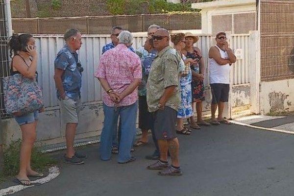 Les partisans d'Oscar Temaru attendent sa sortie devant la gendarmerie
