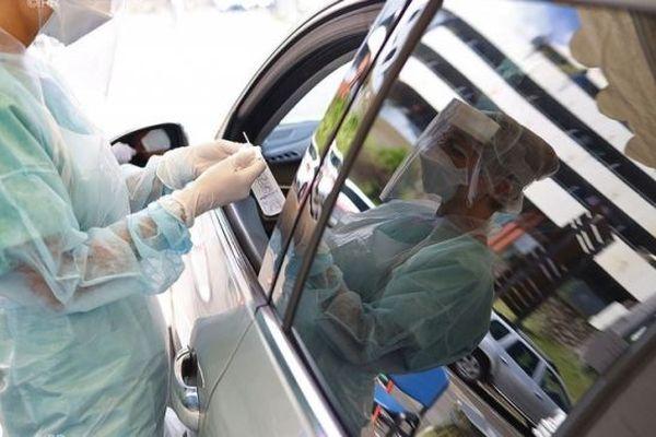 Des tests de dépistage du Covid-19 sont organisés devant la clinique Sainte-Clotilde, à Saint-Denis.