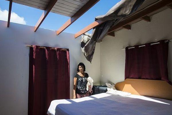 A Saint-Martin, six mois après le passage d'Irma, des toits manquaient encore.