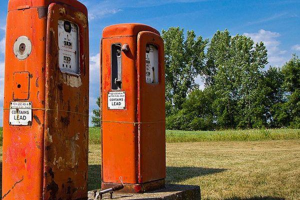 pompes à essence vieilles.jpeg