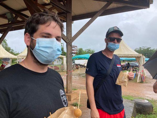 Un groupe venu se restaurer au marché de Cacao