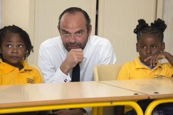 Le Premier ministre pose avec deux écolières de Grand case