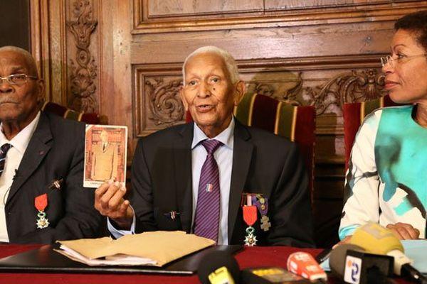 Pendant la conférence de presse, le Martiniquais Rémy Oliny brandit une photo du général de Gaulle