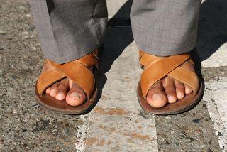 Homme en sandales