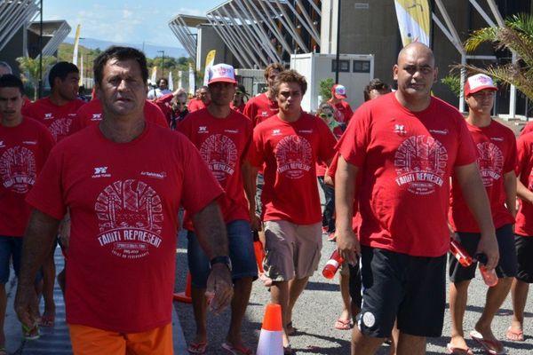 Avant la cérémonie d' ouverture, les Tahitiens se préparent