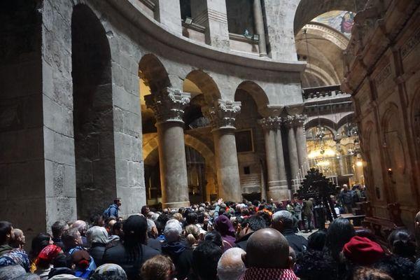 Fidèles massés au saint sépulcre