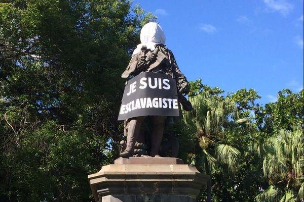 Statue Mahé Labourdonnais je suis esclavagiste