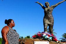 La mère de Clarissa Philippe devant la stèle dédiée à sa fille à Sainte-Marie (8 janvier 2020).