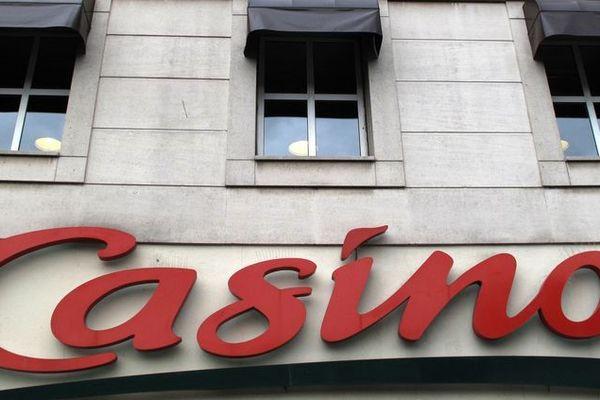 Enseigne d'un magasin Casino à Paris, en juillet 2018