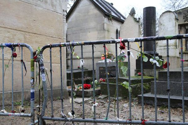 La tombe de Jim Morrison est très fleurie elle aussi, mais dans un autre style