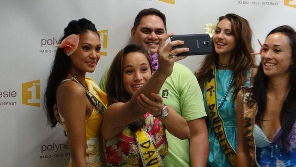 Miss Tahiti et ses dauphines avec Matéo de Polynésie 1ère
