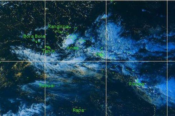 Une large bande nuageuse couvre l'ensemble des Tuamotu Gambier