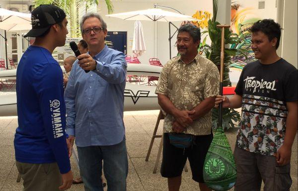 Gerald Prufer offre les cadeaux du jeux Hawaiki Nui Vaa