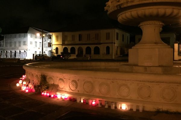 Bougies devant la fontaine de la préfecture