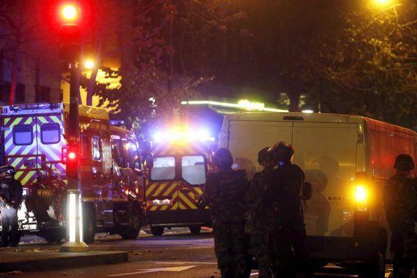 Des policiers encadrent une intervention des pompiers, le 14 novembre 2015, à Paris, près du Bataclan.