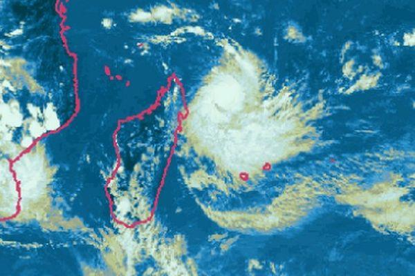 Bejisa, redevenu cyclone tropical, poursuit sa progression vers La Réunion placée en pré-alerte