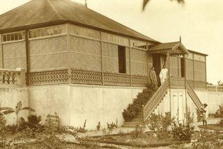 Thomas Wright et son épouse devant la maison désormais connue comme l'Amirauté.