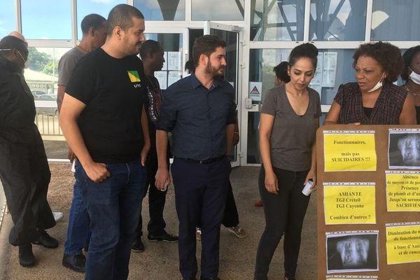 Amiante : les personnels de Justice et Trop Violens manifestent devant l'ARS