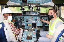 Le Président Azali Assoumani dans le cockpit de l'avion-cargo