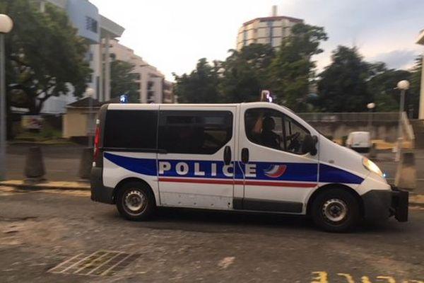 Police arrive au TGI de Saint-Denis