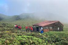 Les jeunes du RSMA à côté du 2e refuge de la Montagne Pelée qui sera réhabilité.