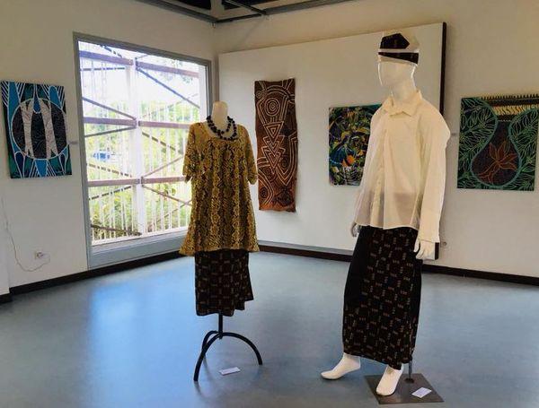 Koné : exposition sur la femme (peinture et création de couture)