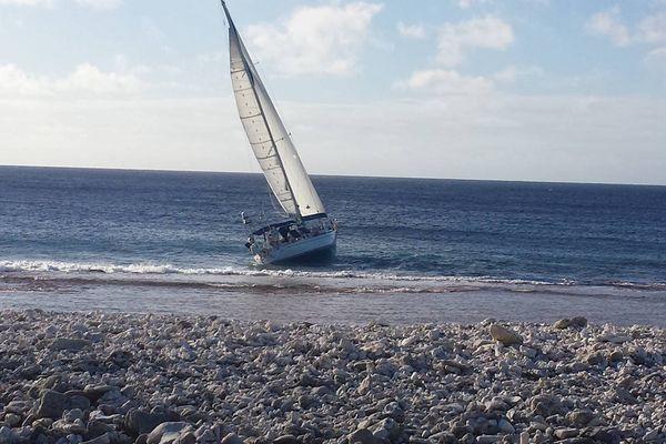 Le voilier du skipper décédé, échoué sur le récif de Takapoto aux Tuamotu.
