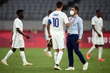 Le coach du Mexique Jaime Lozano serre la main de l'attaquant français André-Pierre Gignac à la fin de la rencontre du groupe A dans les Jeux Olympiques de Tokyo, le 22 juillet 2021, dans laquelle la France a été éliminée.
