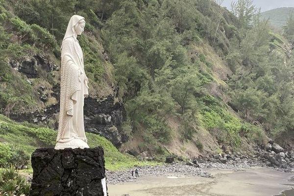 Le corps sans vie d'un homme récupéré par les secours à la Marine de Vincendo, à Saint-Joseph