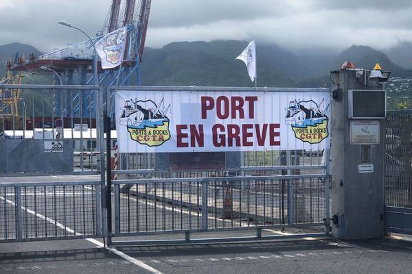 Les dockers du Port Est en grève, ce mardi 17 décembre.