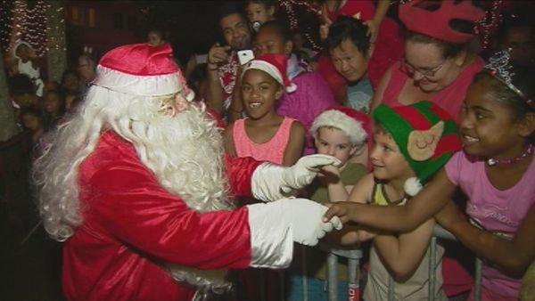 Arrivée du père Noël place des Cocotiers, il salue les enfants. Nouméa (24 décembre 2017)