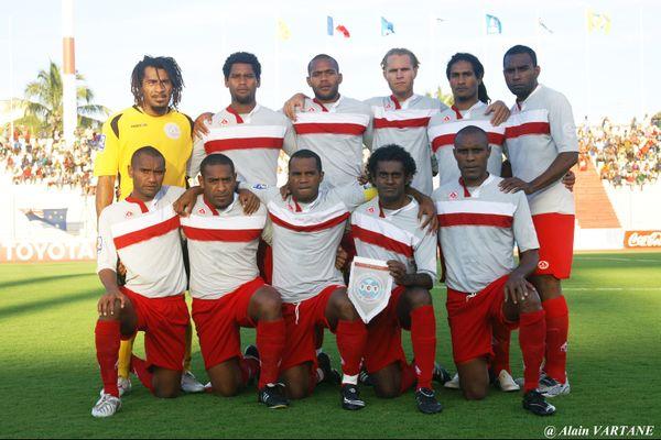 Jean-Marc Ounemoa, debout à gauche, avec la sélection.