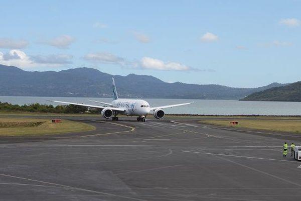 Un avion d'Air Austral atterrissant à l'aéroport Mayotte.