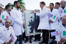 Une équipe de médecins cubains en partance pour l'Italie.
