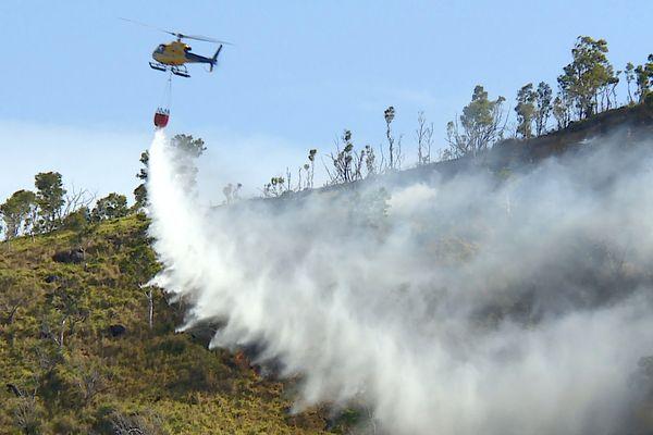 Feu au pic aux Morts, Dumbéahélicoptère bombardier d'eau, 18 septembre 2021
