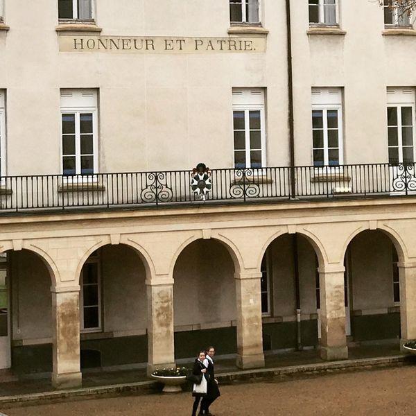 Fronton de la maison d'éducation de la Légion d'honneur des Loges