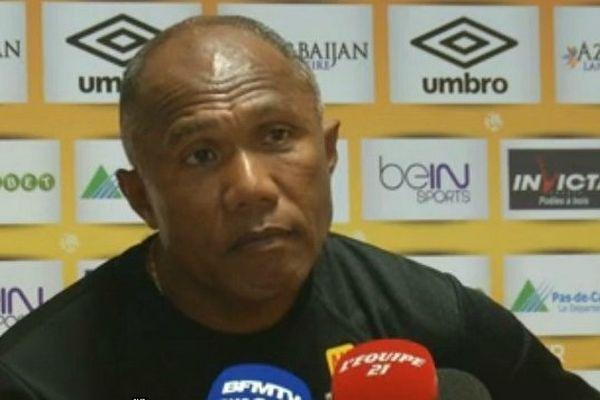 Le Néo-Calédonien Antoine Kombouaré, entraîneur du RC Lens, au micro du journal l'Equipe.