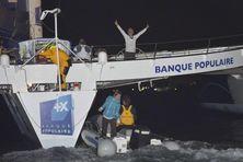 L'arrivée de Loïck Peyron, vainqueur de la route du rhum, à Pointre à Pitre, lundi matin