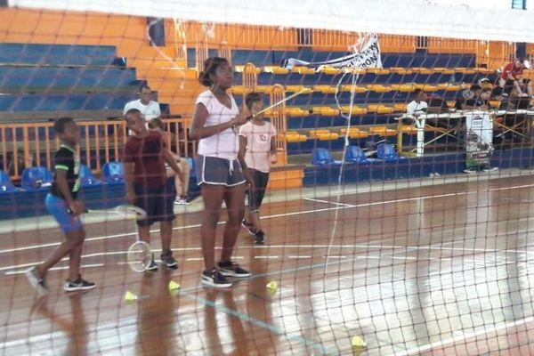 le badminton se veut un sport idéal pour les programmes d'éducation physique scolaire.
