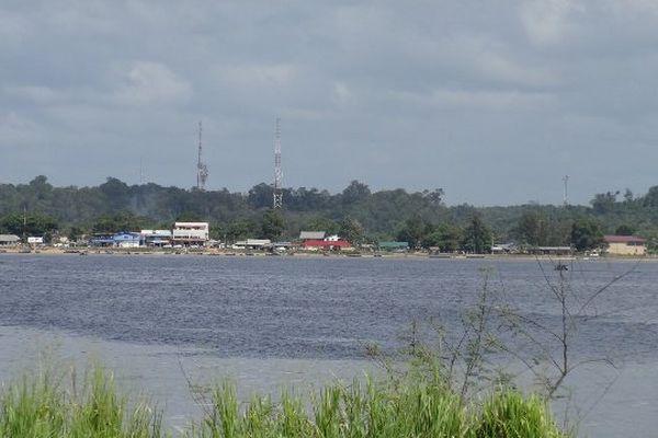 La rive surinamaise depuis Saint-Laurent