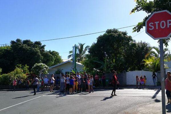 Manifestation école insalubre Ravine des Cabris avril 2018