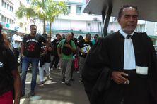 Les familles des victimes et l'un de leurs avocats devant la cour d'appel à Fort-de-France.