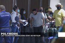 Des touristes attendent de passer les douanes à leur arrivée à l'aéroport de Fa'a